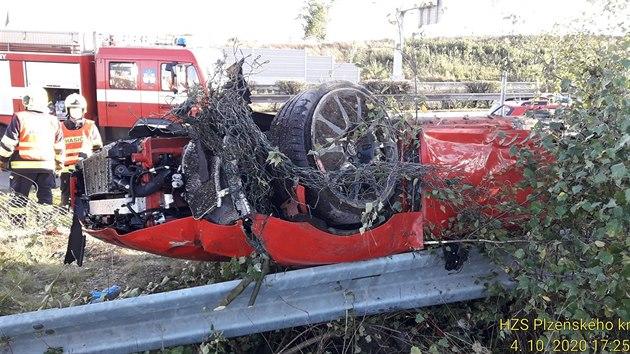 Nehoda vozu Audi R8 za sjezdem z dálnice D5 u Nıřan na Plzeňsku. (5. října 2020)