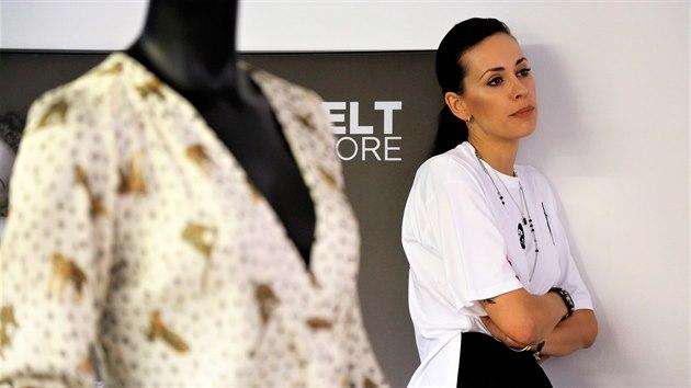 Modelka Kateřina Wohlmann Votavová pochází ze Stříbra na Tachovsku. Kromě modelingu se věnuje také butiku, kterı si otevřela v Českıch Budějovicích.