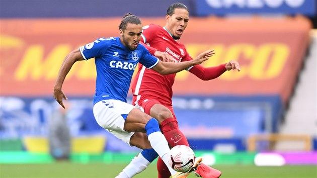 Dominic Calvert-Lewin z Evertonu (vpředu) a Virgil van Dijk z Liverpoolu v souboji o balon.