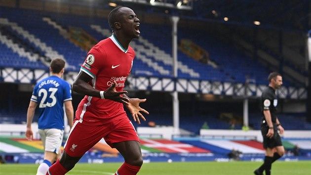 Sadio Mané (Liverpool) se prosadil v zápase proti Evertonu a slaví.