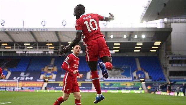 Sadio Mané se raduje z branky. Spolu s ním spoluhráč z Liverpoolu Andrew Robertson.