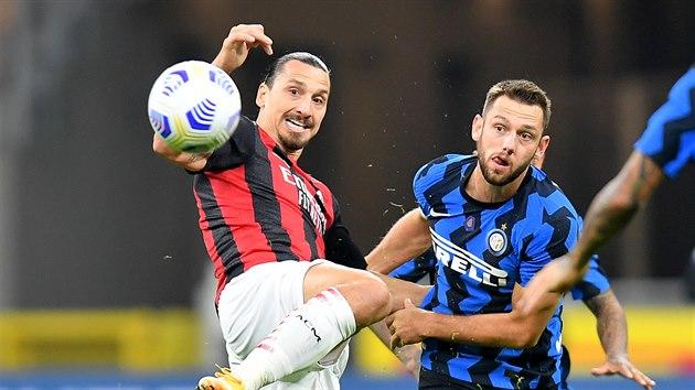 Jak jinak než s nohou nahoře zpracovává Zlatan Ibrahimovic (AC Milán) balon v zápase proti Interu.
