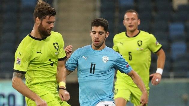 Izraelskı záložník Manor Solomon se snaží dostat k míči mezi Ondřejem Čelůstkou (vlevo) a Vladimírem Coufalem.