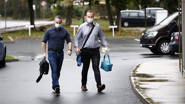 Policisté z útvaru Národní centrály proti organizovanému zločinu (na snímku) zasahují v sídle FAČR na pražském Strahově. (16. října 2020)