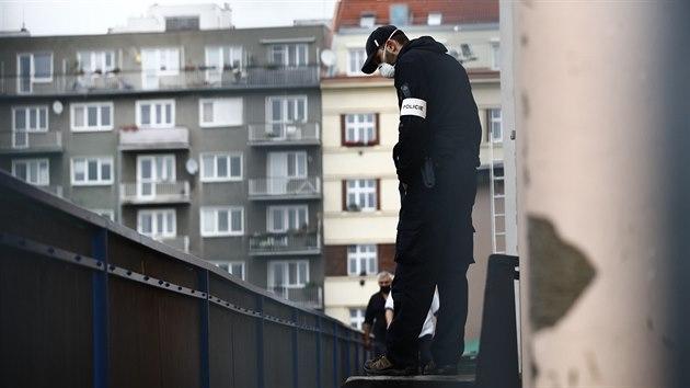 Policisté z útvaru Národní centrály proti organizovanému zločinu (na snímku) zasahují v pražské budově Sportcentra Slavoj Vyšehrad. (16. října 2020)