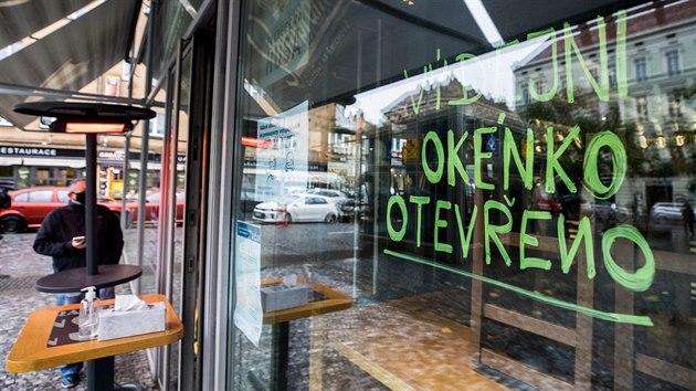 Vıdejní okénko otevřeno, hlásá nápis na oknech jedné z pražskıch restaurací. (14. října 2020)
