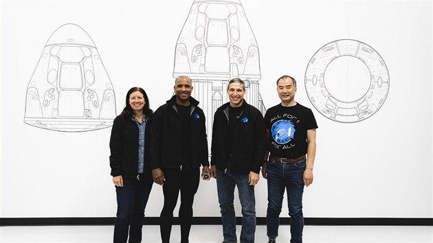 Posádka Crew-1 v Hawthorne. Zleva: Shannon Walker, Victor Glover, Mike Hopkins, Sóiči Noguči