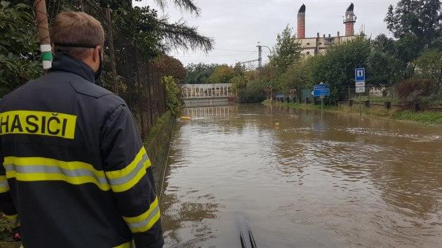 Potok Olešnice zaplavil část Brodku u Přerova, voda mimo jiné zcela zaplavila tamní železniční podjezd vysokı více než tři a půl metru.
