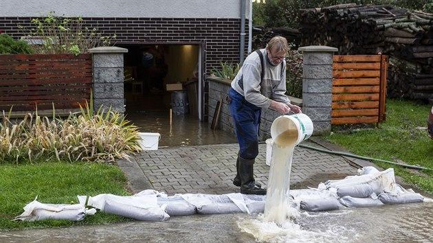 Voda z potoku Olešnice zaplavila část Brodku u Přerova. Zasaženy byly více než dvě desítky domů, především sklepy, někde ale i přízemí.