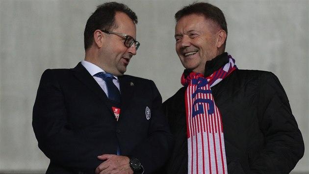 Předseda fotbalové asociace Martin Malík (vlevo) a místopředseda Roman Berbr na utkání Česko - Anglie.