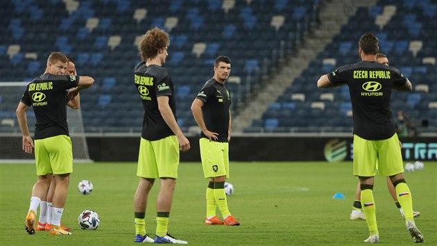 Čeští fotbalisté na rozcvičce před zápasem Ligy národů v Izraeli.