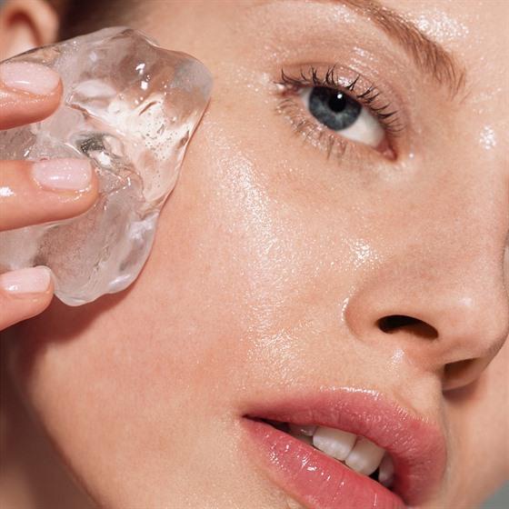 Pravidelnou masáží pleti nastartujete mnoho látek obsaženıch v kůži, takže...