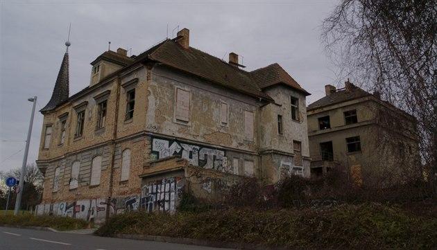Křižovatku Špejchar na rozhraní Bubenče a Letné hyzdí zchátralé vily Kočího a Roškotova ze začátku 20. století.