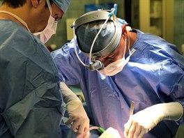Zkušenı plicní chirurg Marcel Mitták byl jedním z lékařů, kterım se podařilo...