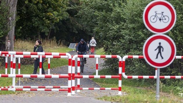 Na konci nové cyklostezky v lesoparku Hloučela u Prostějova směrem k Plumlovské přehradě čeká na milovníky kol zábradlí.