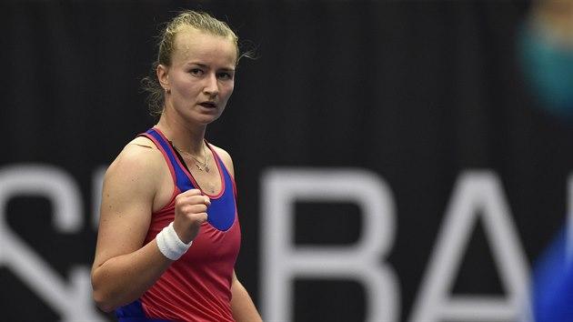 Barbora Krejčíková v utkání proti Viktorii Azarenkové z Běloruska.