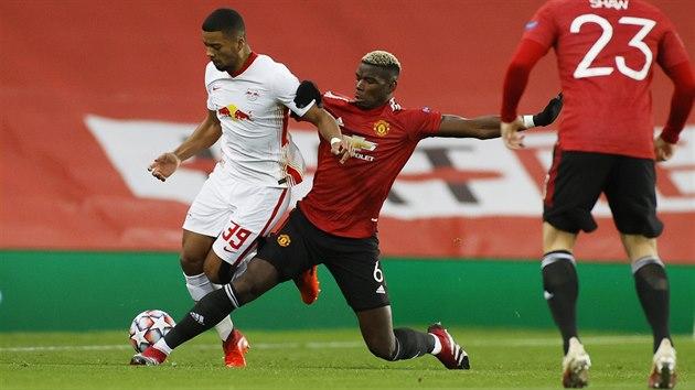 Paul Pogba (Manchester United) skluzem zastavuje Benjamina Henrichse z Lipska.