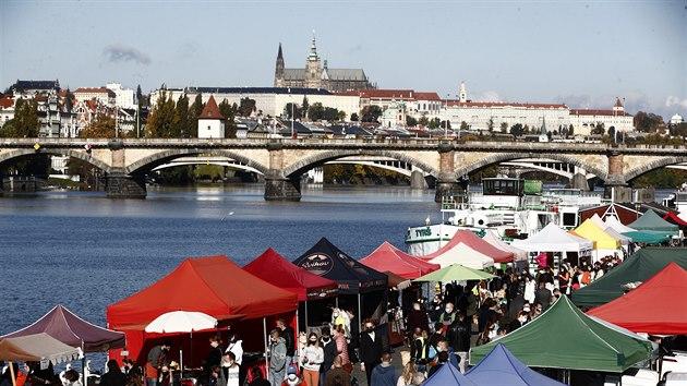 Na farmářskıch trzích na pražské náplavce se i přes zákaz většího shromažďování sešly stovky lidí. (24. října 2020)