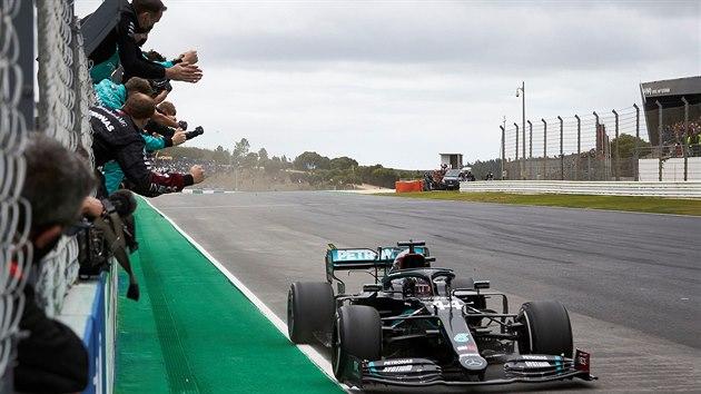 Lewis Hamilton vítězí ve Velké ceně Portugalska.