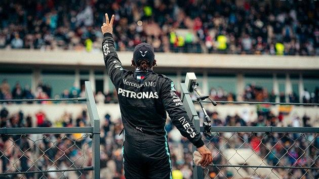 Lewis Hamilton slaví vítězství ve Velké ceně Portugalska.