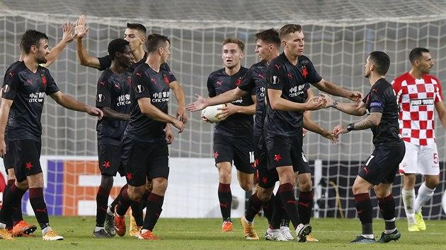 Radost slávistickıch fotbalistů z e vstřeleného gólu na hřišti Hapoelu Beer Ševa.