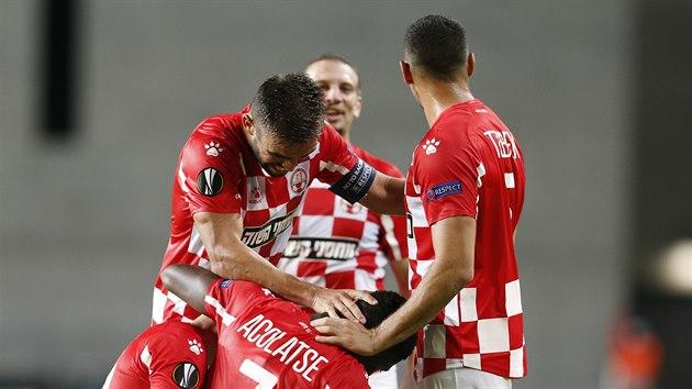 Fotbalisté Beer Ševy se radují z gólu proti Slavii.