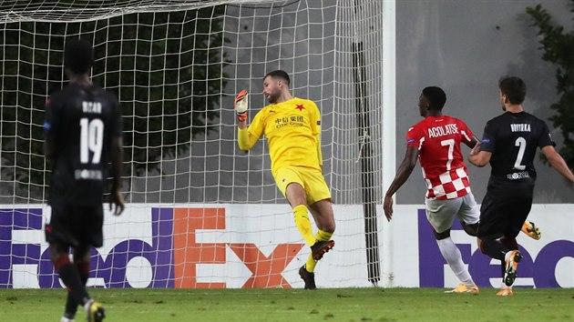 Elton Acolatse z Hapoelu Beer Ševa střílí gól v Evropské lize proti Slavii.