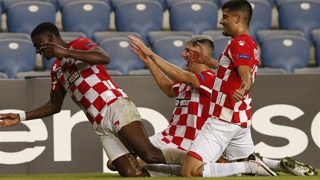 Elton Acolatse (vlevo) se spoluhráči z Hapoelu Beer Ševa slaví jeden ze svıch gólů v utkání Evropské ligy proti Slavii.