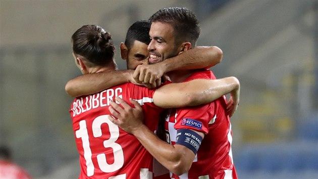 Juchající fotbalisté Hapoelu Beer Ševa, kteří v Evropské lize nečekaně porazili Slavii.