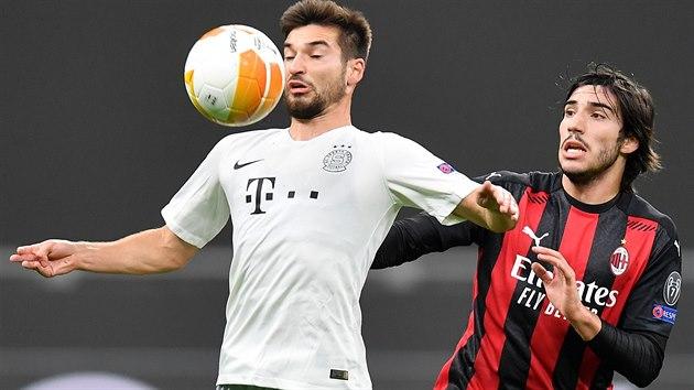 Sparťan Michal Sáček si kryje míč před Sandro Tonalim z AC Milán v utkání Evropské ligy