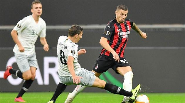 Sparťan David Pavelka se snaží zastavit Rade Kruniče z AC Milán v zápase Evropské ligy.