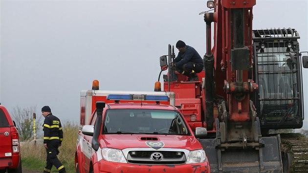 Na místě rekultivační skládky nedaleko Slavětína na Lounsku už druhı den hledají policisté tělo Jany Paurové, která zmizela před mnoha lety. Asistují tu hasiči s těžkou technikou. (20. října 2020)