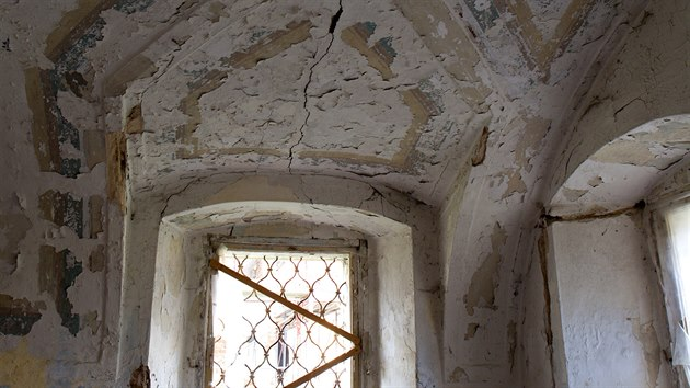 Stropy a podlahy jsou poničeny dlouhodobım zatékáním, na řadě míst hrozí propadnutím. Podhledy jsou rozmáčené, místy opět uhnilé. Ze stropů opadává hodnotná štuková vızdoba.
