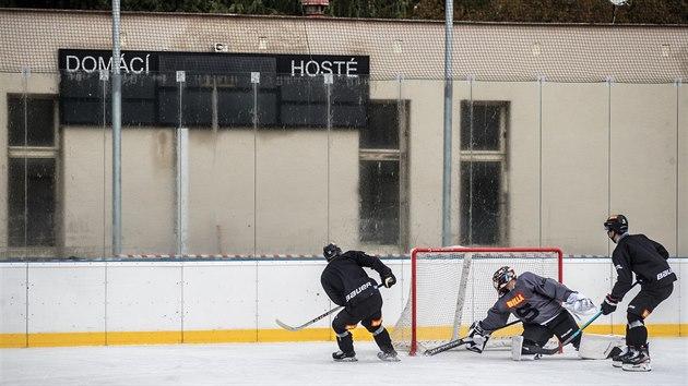 Trénink sparťanskıch hokejistů na otevřeném kluzišti v Dobříši.