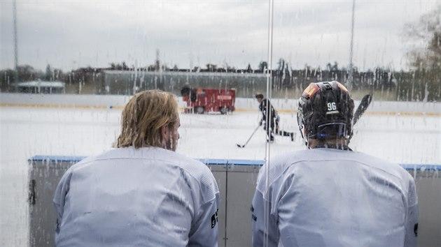 Vlevo sedí Filip Chlapík, vpravo David Tomášek. A čekají, až v Dobříši po půl hodině tréninku rolbař ujezdí ledovou plochu.