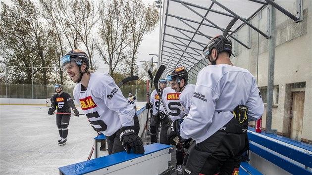 Filip Chlapík a další sparťané vstupují na led v Dobříši.