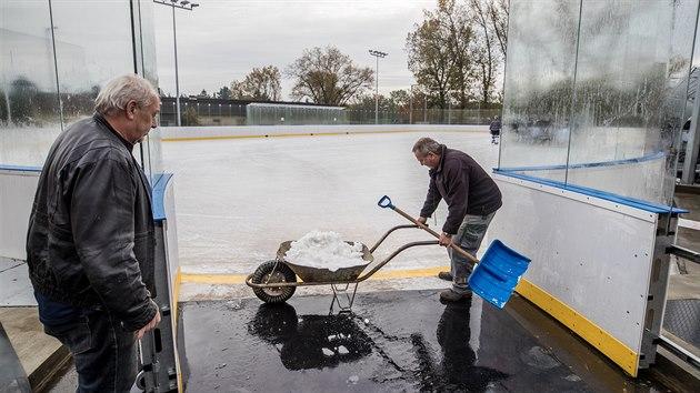 O led v Dobříši se musí řádně starat! Vždyť přijeli extraligové hokejisté.