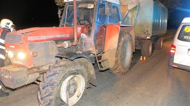 Osmnáctiletı mladík vezoucí tři pasažéry v zatáčce přejel do protisměru, kde narazil do traktoru. Poté následoval ještě náraz do stromu a nakonec se auto přetočilo přes střechu.