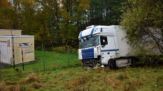 Kamion v Liberci prorazil svodidla a sjel lesíkem až k plynové stanici. Chybělo pár metrů a mohlo dojít k většímu neštěstí, hned naproti je totiž čerpací stanice.