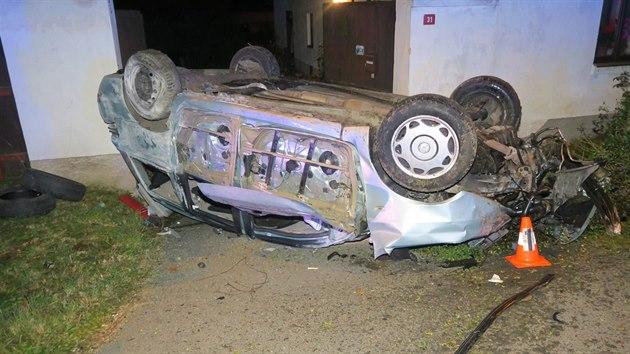 Policisté pátrají po řidiči, kterı havaroval ve čtvrtek večer v Semošicích na Domažlicku a po kolizi utekl.