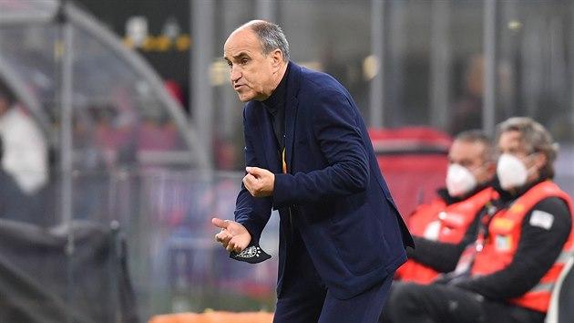 Sparťanskı trenér Václav Kotal udílí pokyny během zápasu Evropské ligy na hřišti AC Milán.