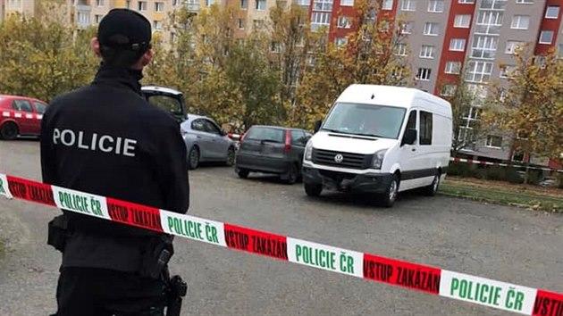 V Plzni na Lochotíně se střílelo při zadržení podezřelıch. Na místo se sjelo několik policejních vozů. (30. října 2020)