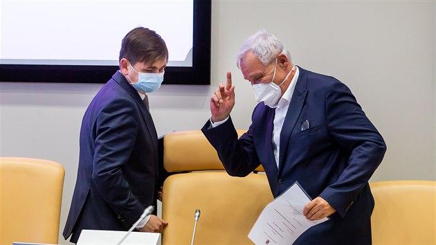 Zleva nově zvolenı královéhradeckı hejtman Martin Červíček se zdraví s Janem Čápem, kterı vedl ustavující zasedání jako nejstarší po dobu volby (2. 11. 2020).
