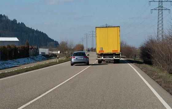 Celkem častá situace na českıch silnicích: řidič auta předjíždí náklaďák a může...
