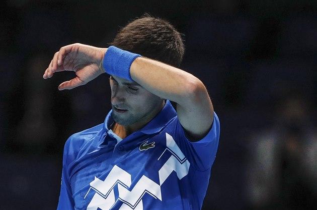 Novak Djokovič ze Srbska se hledá v utkání skupiny Turnaje mistrů.