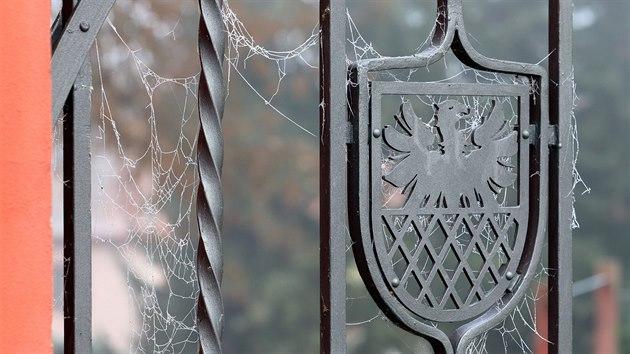 Mlhou namrzlé pavučiny na chebském městském znaku.