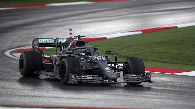Jezdec Mercedesu Lewis Hamilton na trati během Velké ceny Turecka.