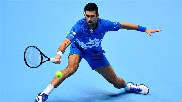 Sbr Novak Djokovič se natahuje po balonku v utkání Turnaje mistrů proti Diegu Schwartzmanovi.