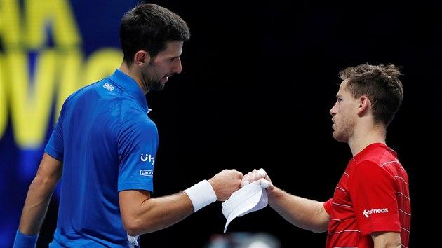 Sbr Novak Djokovič a Argentinec Diego Schwartzman po utkání na Turnaji mistrů.