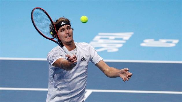 Němec Alexander Zverev hraje balonek v zápase na Turnaji mistrů proti Rusovi...